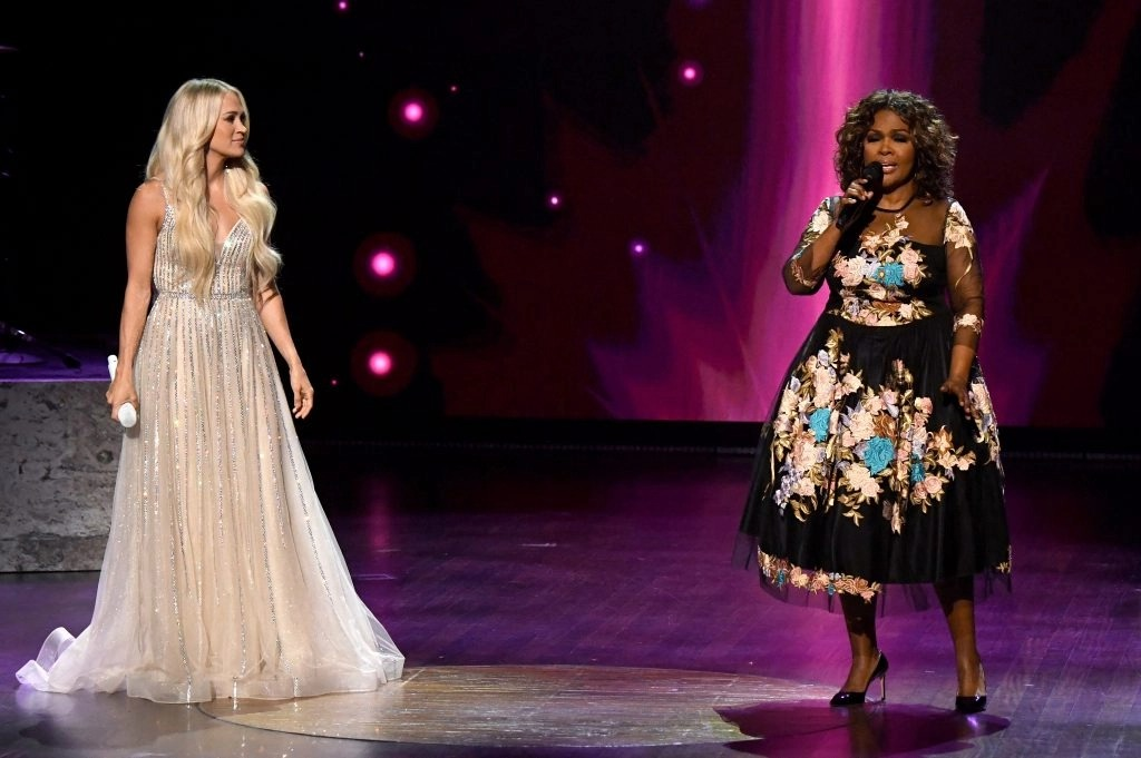 Carrie Underwood performs a beautiful medley at ACM Awards featuring CeCe Winans